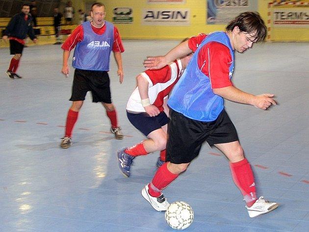 DRAMATICKÝ DUEL. V utkání minulého kola okresního přeboru ve futsalu–FIFA vyhrál Real Club nad týmem Hasičů 2:1. Na snímku atakuje domácí Tarcala hostujícího Kupce (u míče).