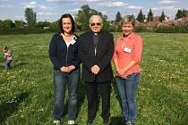 MILADA ŠTOJDLOVÁ (vlevo) na snímku s kardinálem Miloslavem Vlkem a Danielou Nechvátalovou.