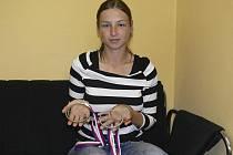 Na snímku je Tereza Havelková s kompletní sadou medailí, které vybojovala na nedávném mistrovství světa v rybolovné technice, jež se konalo v Českých Budějovicích.