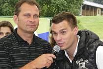 Že by populární moderátor Leoš Mareš ostrouhal? Jak napovídá náš snímek z loňského ročníku Lucka Cupu, který se hrál na hřišti Prácheňského golfového hřiště v Kestřanech, tentokrát se mikrofonu ujal ředitel klubu Václav Český.