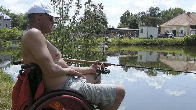 Na snímku je Martin Kovář při lovu ryb udicí u Janšovského rybníku u školního statku v Dobešicích nedaleko Písku.