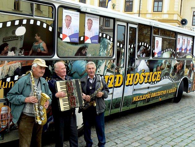 JZD Hoštice u Volyně podpořilo kandidáta lidovců Josefa Kalbáče do senátu. Na Velkém náměstí v Písku vyhrávali i tři muzikanti ze Strakonicka.