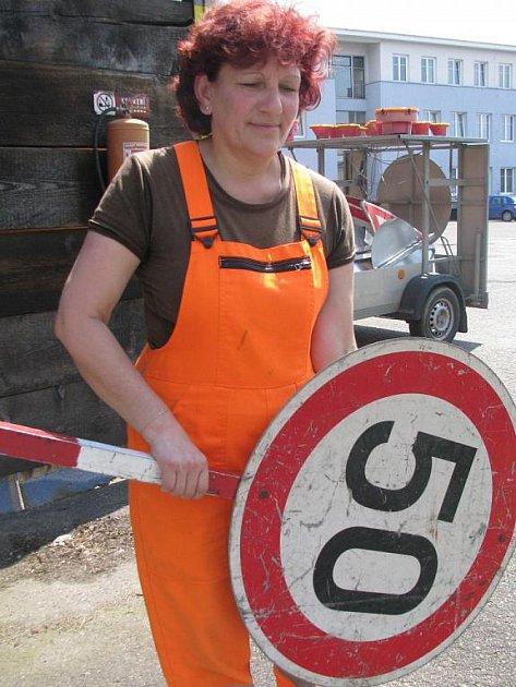 VENKU. Třiapadesátiletá  Anna Nováková pracuje na Správě a údržbě silnic Písek přes dvacet let. Její náplní práce je například opravovat dopravní značky