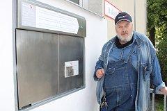 Ludvík Hess ukazuje nový babybox v Písku.