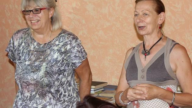 Čaj o páté se spisovatelkou Hanou Marií Körnerovou (vlevo) pořádala mirovická knihovnice Lenka Vlková.