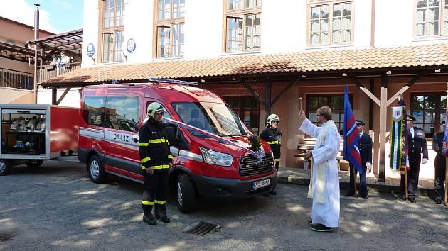 Dobrovolní hasiči z Putimi dostali nové auto.