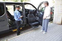 Na snímku je ředitelka MSSS Marcela Průšová a Milan Siegel, zástupce autosalonu Opel Frolík.