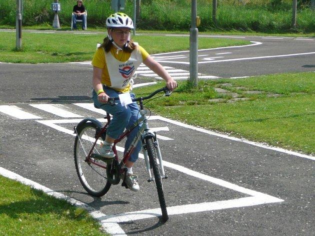 CHYŠEČTÍ školáci se pravidelně účastní dopravních soutěží. Na snímku je  Anna Bočanová při  dopravní soutěži cyklistů v Českých Budějovicích.