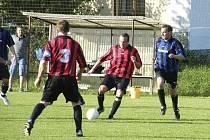 Fotbalisté Blaníku Milenovice prohráli v sobotním utkání okresní III. třídy v Bernarticích s místním béčkem 0:3. Na snímku jsou v akci Reidinger (č. 3) a Schánilec.