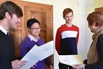Studenty gymnázia přijala starostka Písku Eva Vanžurová.