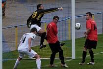 Domácí brankář Vršecký za přispění spoluhráče Holuba (ve světlém) likviduje šanci hráčů soupeře Krále a Stozska. V utkání fotbalové divize zvítězil FC Písek nad FC MAS Táborsko B 1:0.
