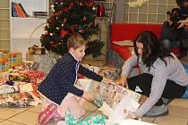 Zaměstnanci společnosti Schneider Electric nadělovali dárky dětem.