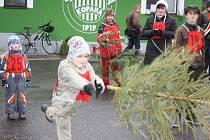 Hod vánočním stromkem na fotbalovém hřišti v Čížové.