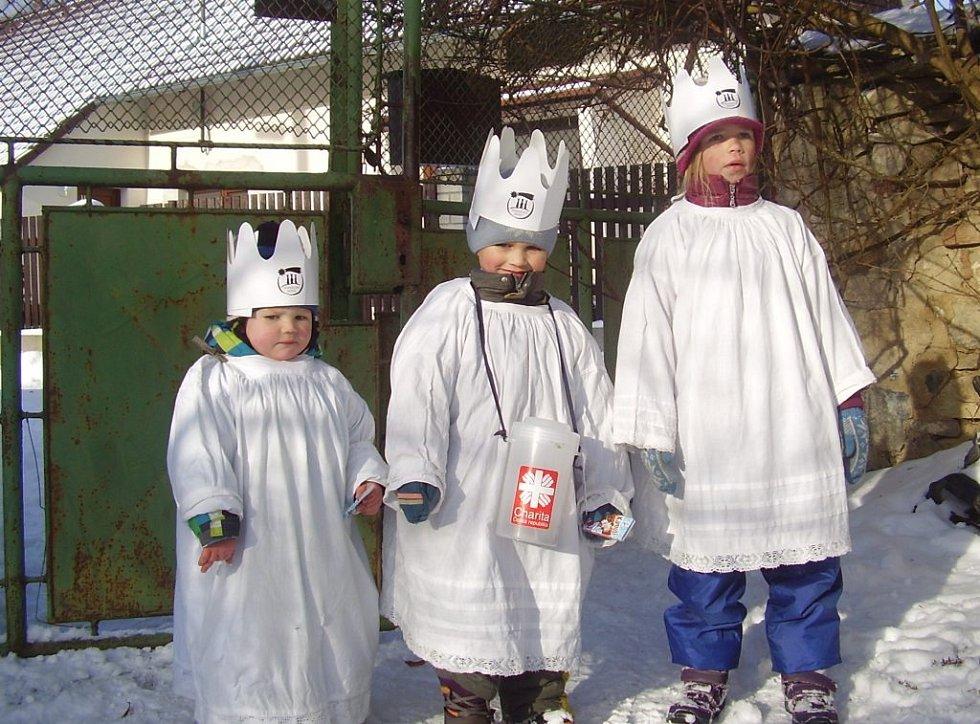 Koledníci Tříkrálové sbírky, kterou pořádala Farní charita Milevsko, v Přeborově.