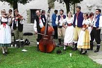 Součástí Píseckého kulturního léta je také Mezinárodní folklorní festival, jehož pořadatelem je domácí soubor Písečan (na snímku).