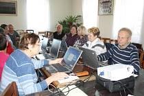 DESET bernartických seniorů se účastní kurzu Senioři komunikují. Na snímku úplně vpravo je Jiří Stach.