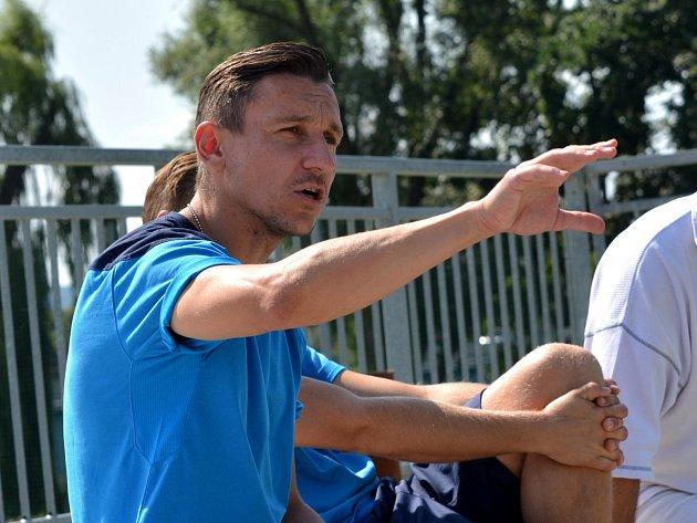 ONDŘEJ PRÁŠIL, hlavní trenér FC Písek, udílí pokyny svým svěřencům.