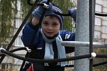 Prvními dětmi, které vyzkoušely herní prvky hřiště v Otavské ulici, byly ty, které navštěvují 9. MŠ v Alšově ulici.