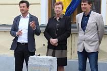 Stavbu nové knihovny zahájili poklepáním na kámen také (zleva) místostarosta Písku Josef Knot, starostka Eva Vanžurová a ředitel knihovny Roman Dub.