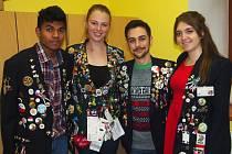 Studenti (zleva) Ind Tom Thomas, Australanka Morgan Driver, Američan Maxmilian Howard a Argentinka Bianca Salatino.