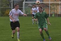 Hostující Jakub Vaníček atakuje Miroslava Kučeru (vpravo) v utkání fotbalové divize, ve kterém Čížová porazila tým Rokycan 1:0.