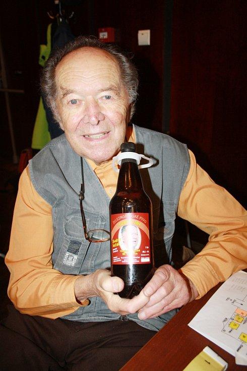 JUBILEJNÍ PIVO. Jaroslav Řehůřek představuje vlastní speciální pivo - světlou šestnáctku.