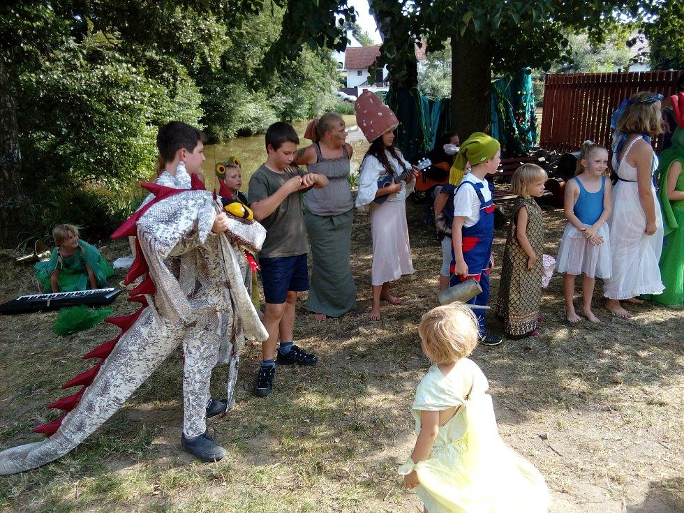 Divadelní dílny v Bořicích zakončilo představení Žíznivá zahrada.