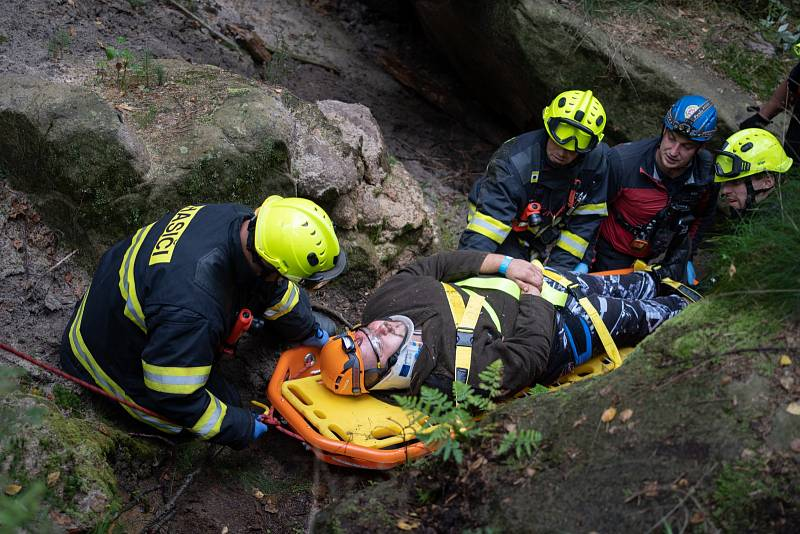 Záchranáři cvičili v těžko dostupném terénu.