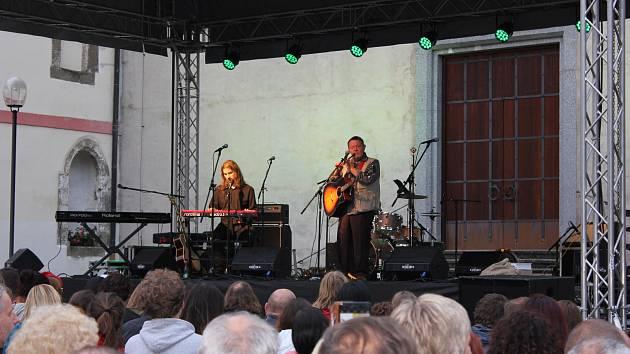 Koncert Glena Hansarda a kapely Interference na nádvoří milevského kláštera.  Napřed patřilo pódium Vladimíru Mertovi.