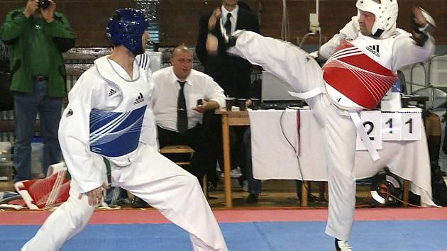 Na snímku je protivínský borec Václav Zeman (vpravo) při útoku na svého soupeře.
