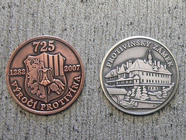 Pamětní minci podle doporučení letopisecké komise v čele s Janem Rejdou navrhl Marek Harta.