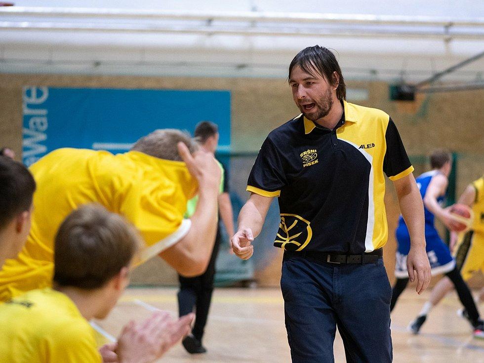 Trenér Jan Čech při práci na lavičce svého týmu.