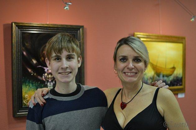 Na snímku z vernisáže obrazů Václava Ševjcara v galerii Portyč v Písku jsou manželka Michaela a mladší syn Michael