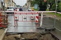 Havárie kanalizace v písecké ulici Na Houpačkách.