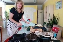 Věra Vondráková předala v obecním úřadu v Letech Píseckému deníku do sbírky 32 kabelek, knížky pro děti, hračky a bižuterii.
