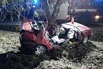 Na Písecku při nárazu do stromu zemřel ve čtvrtek večer řidič.