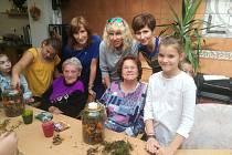 Žáci z Tylovky vyráběli s klienty Diakonie podzimní výzdobu.
