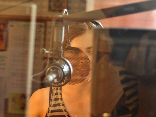 VE STUDIU. Když jsem chtěl moderátorku vyfotit, musel jsem do vedlejší části studia za tlusté sklo.
