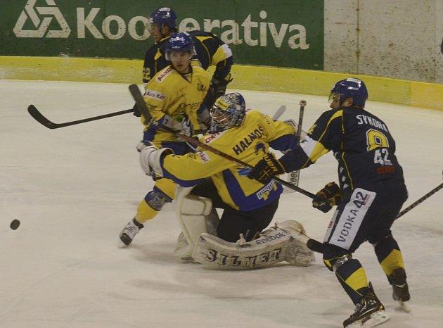 Písecký brankář Halmoši likviduje šanci hostujícího Sýkory v zápase první ligy, ve kterém hokejisté IHC prohráli s Ústím nad Labem 1:4. Ve středu hraje Písek v Olomouci.