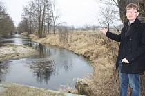 Starosta Putimi Petr Matouš ukazuje, kde by se měl letos vyčistit náhon řeky Blanice.