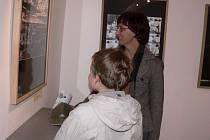 Výstavu fotografií Jaroslava Havlíka si do písecké Sladovny přišla prohlédnout také Edita Kučerová se synem Michalem.