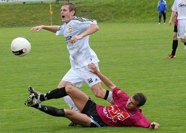 Domácí Bakala (ležící) tímto nedovoleným zákrokem zastavil pronikajícího Kosobuda v utkání minulého kola třetí fotbalové ligy, ve kterém Dynamo Č. Budějovice B remizovalo s týmem FC Písek 1:1.