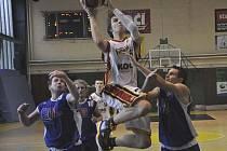 Písecký Dalibor Fait (na snímku ve světlém dresu při nedávném utkání se Strakonicemi) přispěl dvaadvaceti body k vítězství Písku nad Kladnem v zápase druhé ligy basketbalistů v poměru 92:74.