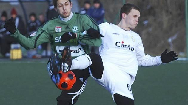 Písecký hráč Tomáš Linhart (vpravo) bojuje o míč s Mirzou Bašičem v přátelském fotbalovém utkání, ve kterém Písek remizoval s Příbramí 1:1.