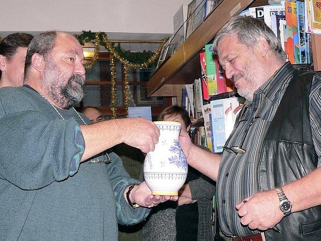 KŘEST. Kamarád Ladislava Berana a také spisovatel,  Antonín Jirotka (vlevo), pokřtil třetí pokračování autentických příběhů, knihu Četnická pátračka versus galérka.