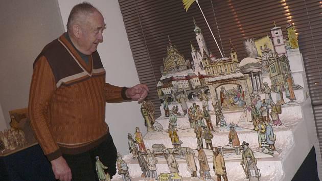 Písecký řezbář Vladimír Müller s jedním z betlémů, které vyrobil.