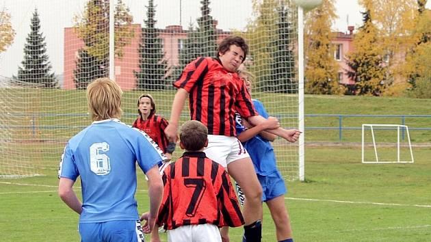 V sobotním utkání okresního přeboru starších žáků prohrálo FC ZVVZ B na domácím hřišti s TJ Božetice 1:4. Na snímku odvrací domácí Vágner hlavou míč před Plzákem, celé akci přihlížejí (zleva) hostující Zeman (č. 6) a domácí Daniel Januš (č. 7).