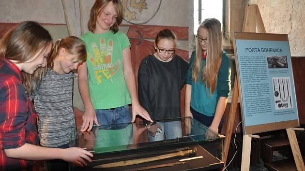 Výstavu mečů v Rytířském sále Prácheňského muzea v Písku si prohlédli také studenti Francouzského gymnázia.