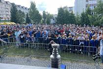 Hokejový svátek přilákal na zahradu píseckého domu kultury stovky fanoušků.