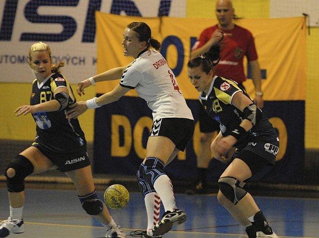 Domácí hráčky Marta Krouská (vlevo) a Iveta Luzumová (vpravo) bojují o míč s hostující Drobnou v předehrávaném utkání interligy házenkářek, ve kterém Písek zvítězil nad Trenčínem 40:32.